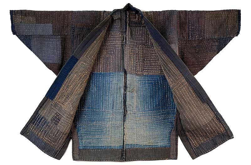 Ett traditionellt japanskt plagg i som består av tyglappar i olika storlekar. Lapparna är sammanfogade med sashiko.