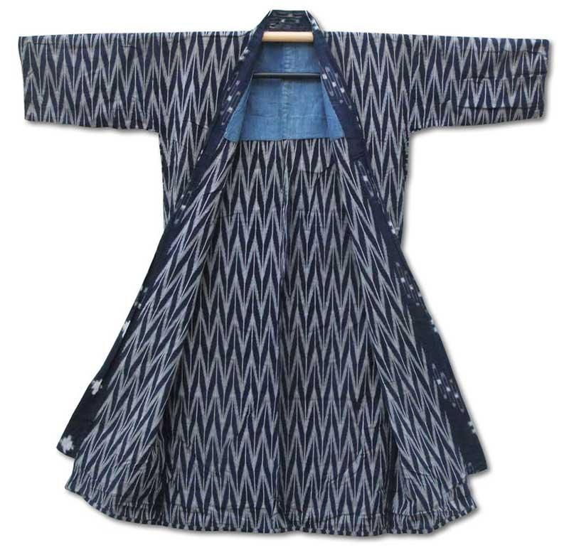 Kimono i blått med ett mönster av vita sicksacklinjer som liknar pilspetser.