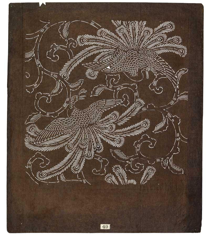 Tryckschablon med mönster med påfåglar som är tryckt på kimonon på bilden bredvid.