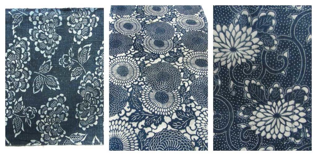 Blomman krysantemum stiliserad på tre olika sätt. Mönster i vitt mot blå botten.