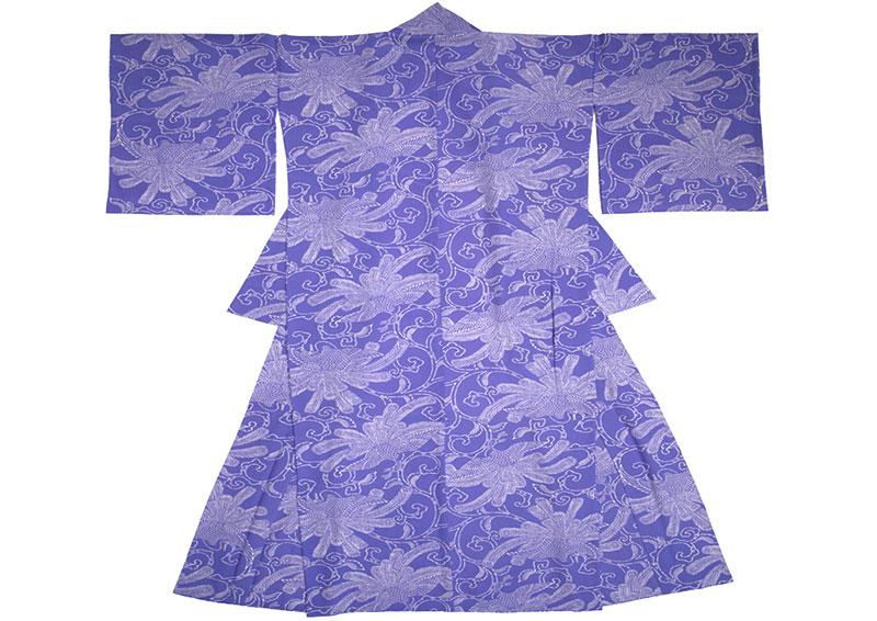 Kimono i lila med ett ljus mönster med en stiliserad påfågel, tryck med katazome.