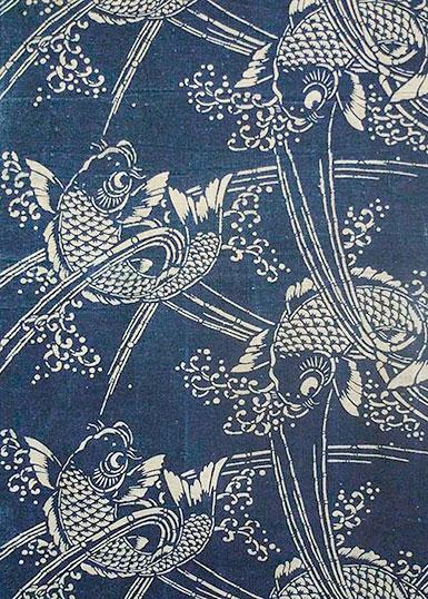 Mönter med vita, vackert illustrerade karpfiskar mot blå botten.