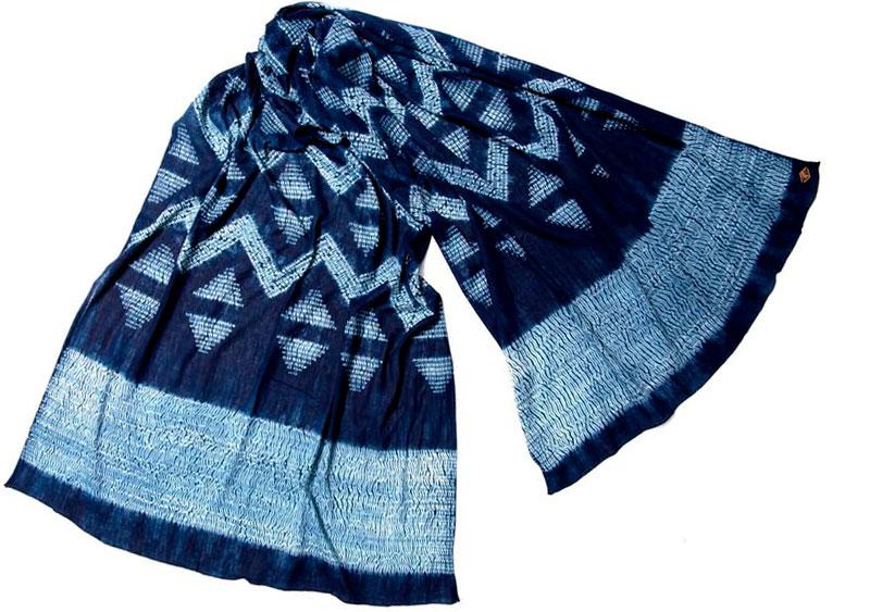 En indigoblå scarf med ljusblått shiborimönster i form av ränder och sicksack.