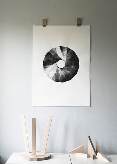 Närbild på grafiskt tryck av Lilla Snålands karaktäristiska sits.